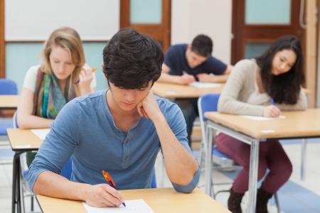 סטודנט עושה מבחן לאחר שלמד איך להצליח במבחן
